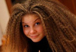 Волнистые волосы с помощью косичек.